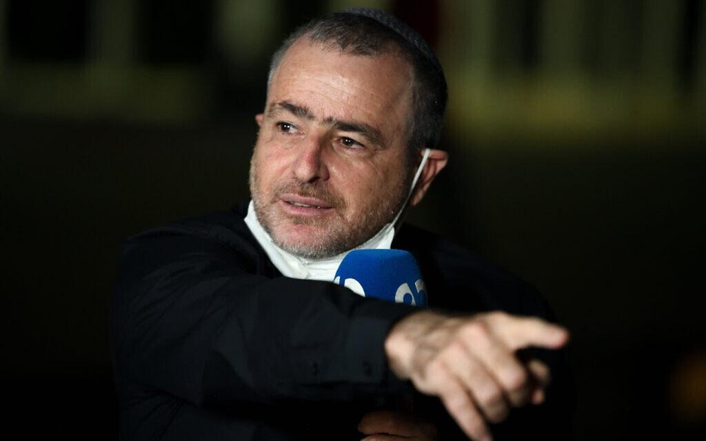 שמעון ריקלין בעמדת השידור של ערוץ 20 בכיכר הבימה, אוקטובר 2020 (צילום: גילי יערי/פלאש90)