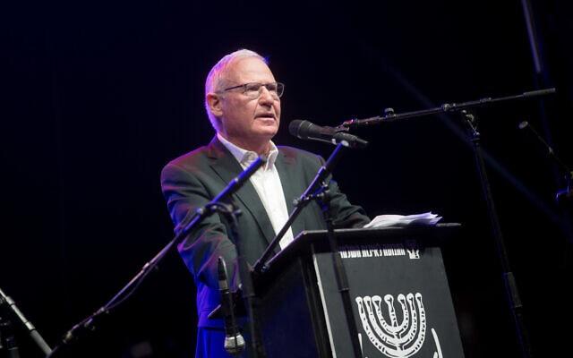עמוס ידלין נושא דברים בהפגנה נגד ראש הממשלה בנימין נתניהו בתל אביב,  בנובמבר 2020 (צילום: מרים אלסטר, פלאש 90)