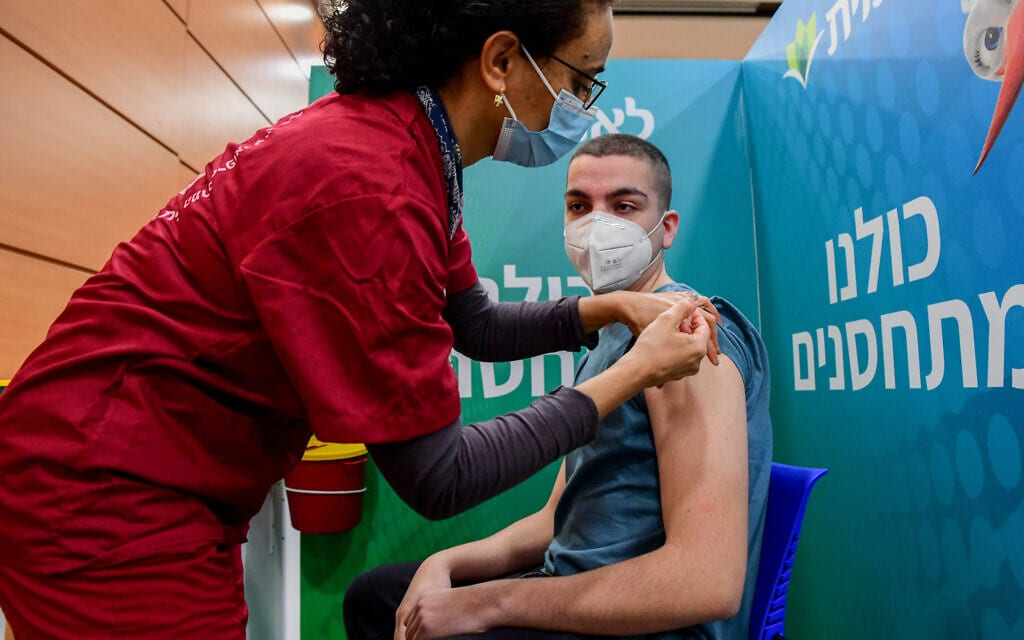 תלמיד תיכון מקבל חיסון נגד קורונה במרכז החיסונים בתל אביב, 23 בינואר 2021 (צילום: אבשלום ששוני/פלאש90)