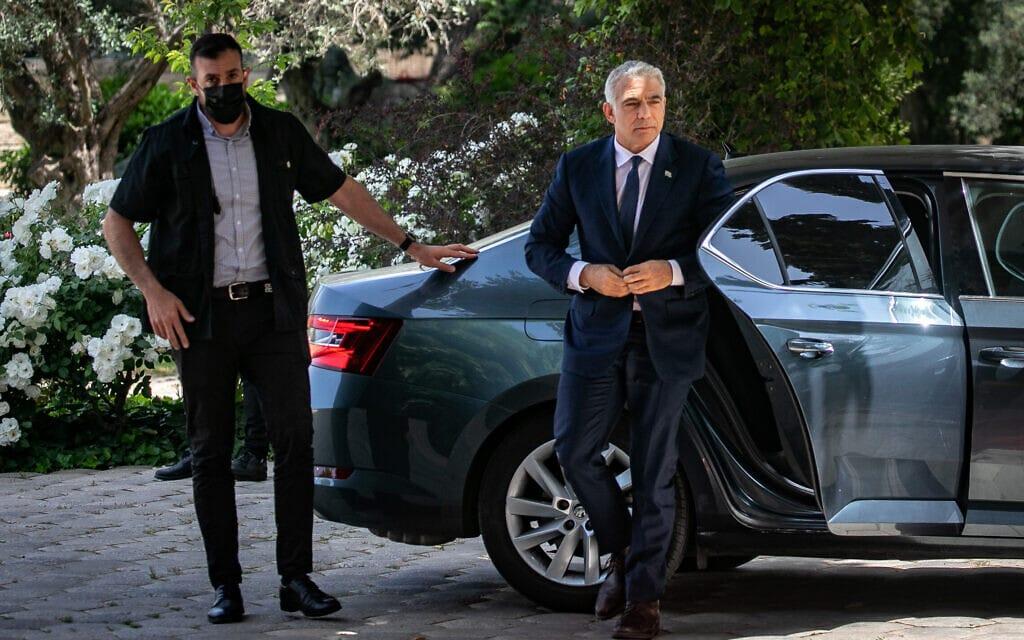 יאיר לפיד מגיע לבית הנשיא לקבל את המנדט להרכבת הממשלה, 5 במאי 2021 (צילום: אוליבייה פיטוסי/פלאש90)