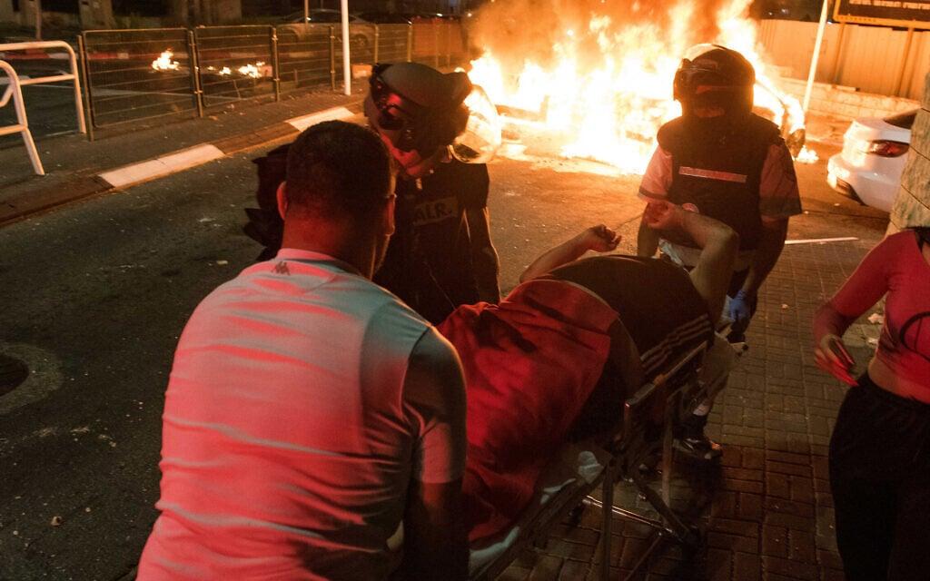 פצוע בפרעות בעכו מפונה לבית חולים, 12 במאי 2021 (צילום: רוני עופר/פלאש90)