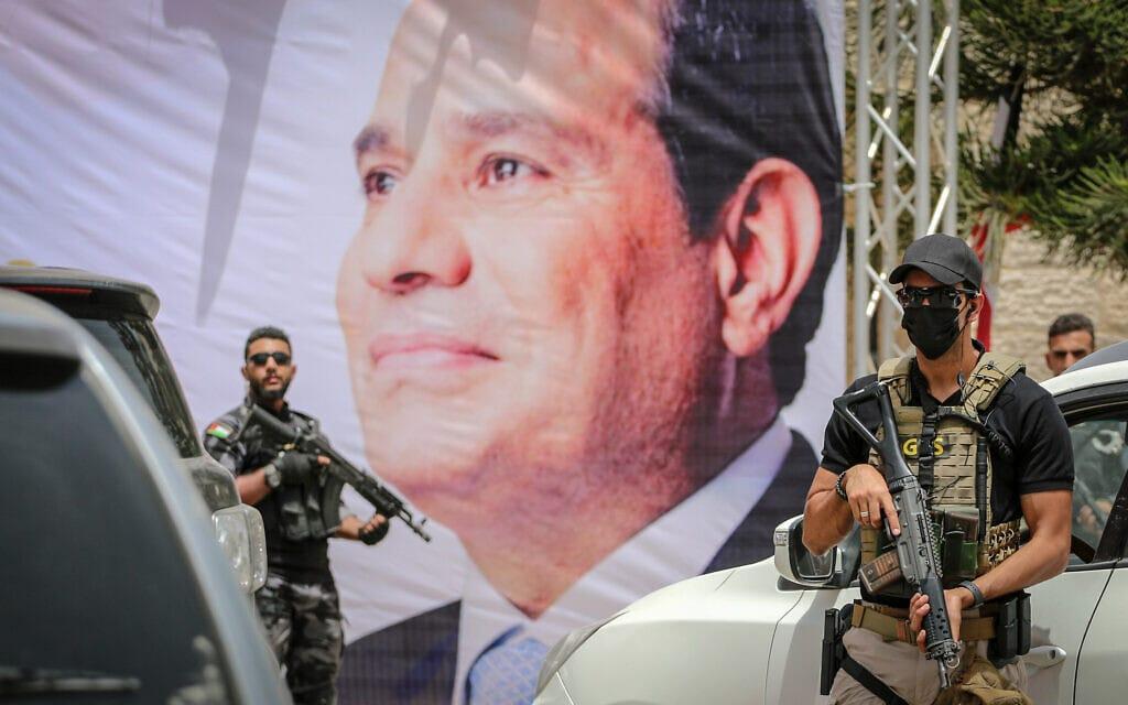 .מאבטחים מצריים עומדים ליד כרזה המציגה את הנשיא עבד אל-פתאח א-סיסי במהלך פגישה בין ראש המודיעין המצרי לבין גורמי חמאס בעיר עזה. (צילום: Atia Mohammed/Flash90)