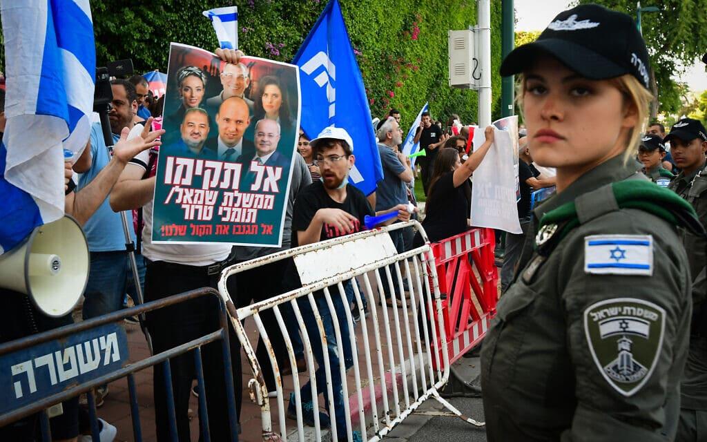 מפגינים מחוץ לכפר המכבייה, 2 ביוני 2021 (צילום: אבשלום ששוני/פלאש90)