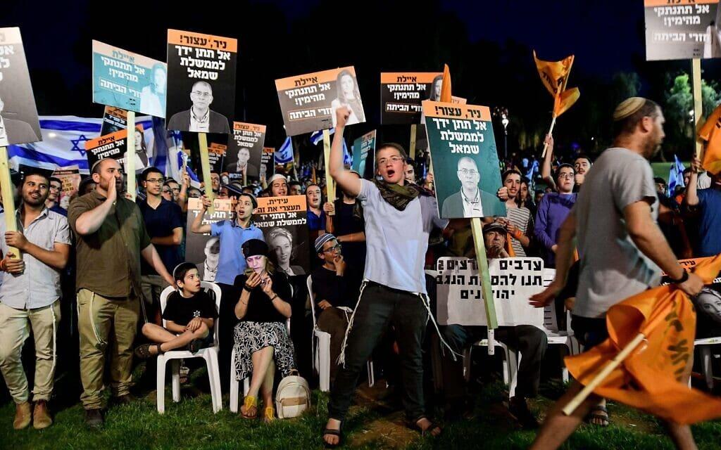 """הפגנה של פעילי ימין מול ביתה של ח""""כ איילת שקד, 3 ביוני 2021 (צילום: Avshalom Sassoni/Flash90)"""