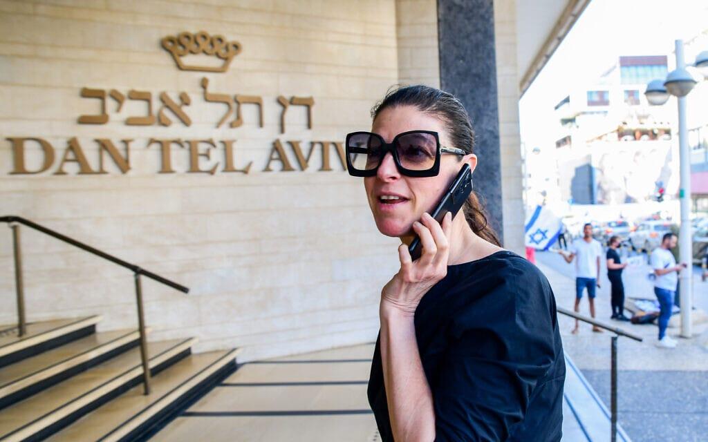 מרב מיכאלי מגיעה לפגישת כל ראשי הסיעות בממשלת לפיד-בנט, במלון דן תל אביב, 6 ביוני 2021 (צילום: אבשלום ששוני/פלאש90)