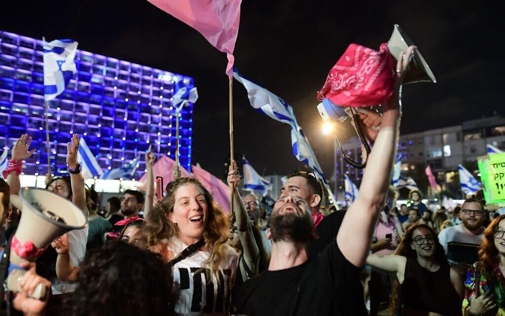 המונים חוגגים את הקמת הממשלה החדשה בככר רבין בתל אביב, 13 ביוני 2021 (צילום: Tomer Neuberg/FLASH90)