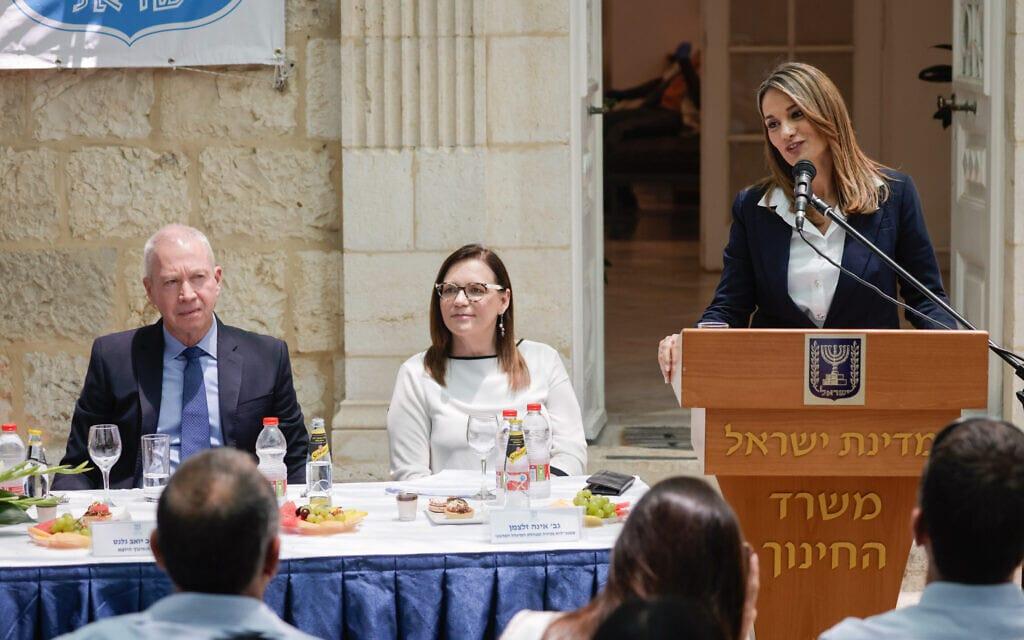 שרת החינוך יפעת שאשא ביטון וקודמה בתפקיד בטקס החילופים במשרד החינוך בירושלים, 14 ביוני 2021 (צילום: אוליבייה פיטוסי, פלאש 90)