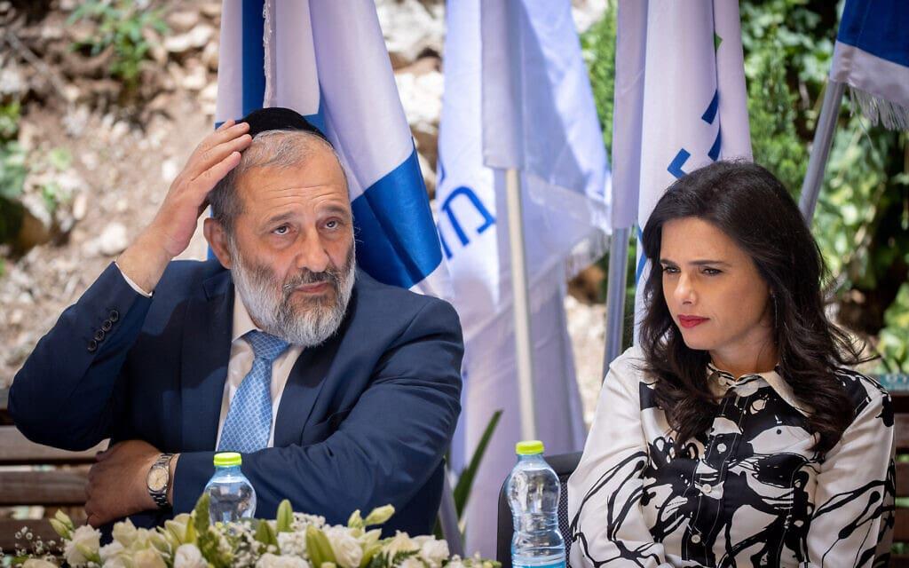 איילת שקד ואריה דרעי בטקס חילופי שרים במשרד הפנים בירושלים, 14 ביוני 2021 (צילום: יונתן זינדל, פלאש 90)