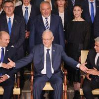 הנשיא ריבלין לוחץ את ידיהם של ראש הממשלה נפתלי בנט וראש הממשלה החליפי יאיר לפיד בצילום המסורתי של חברי הממשלה, 14.6.2021 (צילום: Yonatan Sindel/FLASH90)