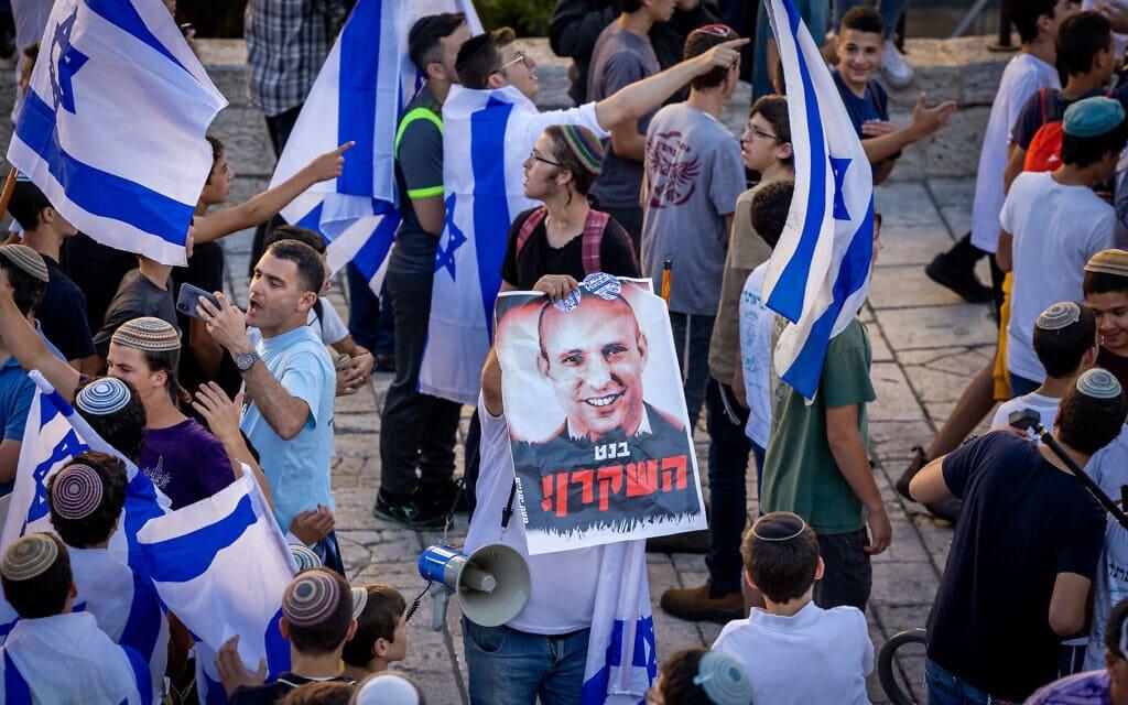 כרזות נגד נפתלי בנט במצעד הדגלים בעיר העתיקה בירושלים, 15 ביוני 2021 (צילום: נתי שוחט/פלאש90)