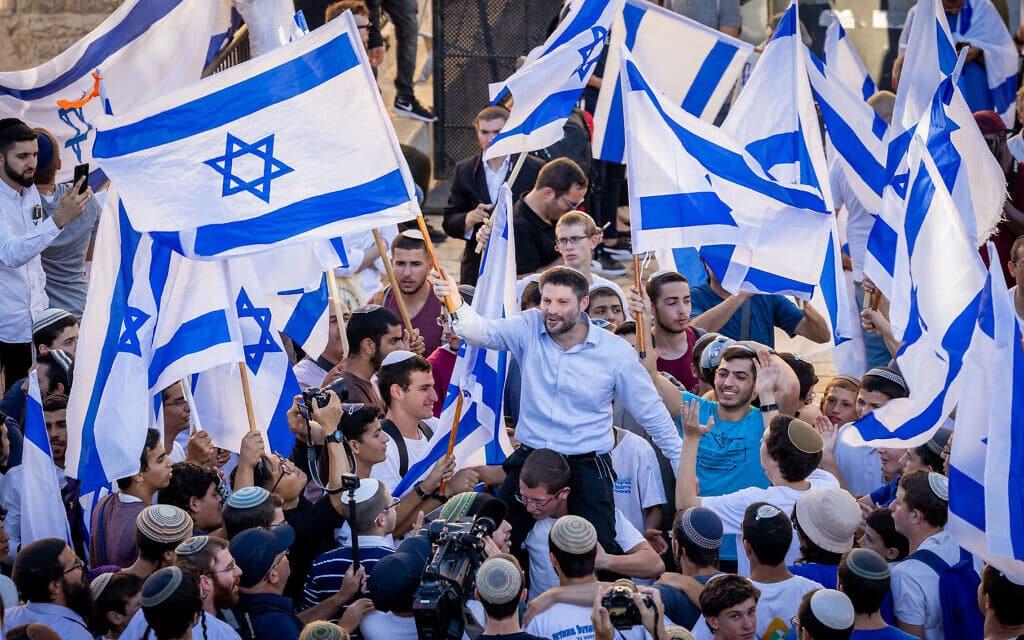 בצלאל סמוטריץ' נישא על ידי ההמון בצעדת הדגלים ליד שער שכם, 15 ביוני 2021 (צילום: נתי שוחט/פלאש90)