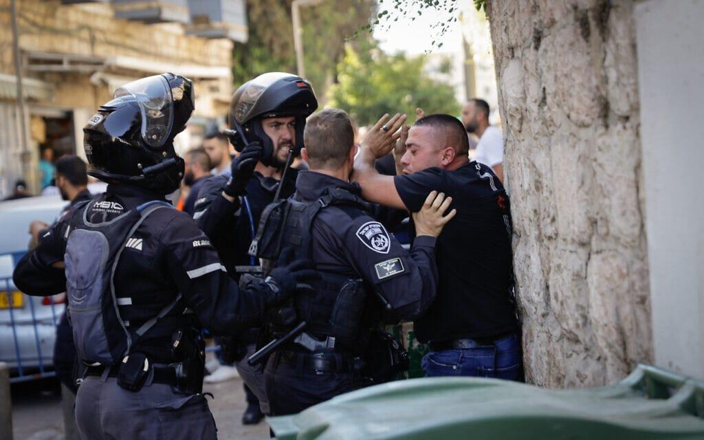 שוטרים עוצרים פלסטיני בעיר העתיקה בירושלים במהלך מצעד הדגלים, 15 ביוני 2021 (צילום: אוליבייה פיטוסי/פלאש90)