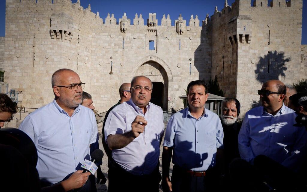 חברי הכנסת אחמד טיבי ואיימן עודה מהרשימה המשותפת בשער שכם במהלך מצעד הדגלים, 15 ביוני 2021 (צילום: אוליבייה פיטוסי/פלאש90)