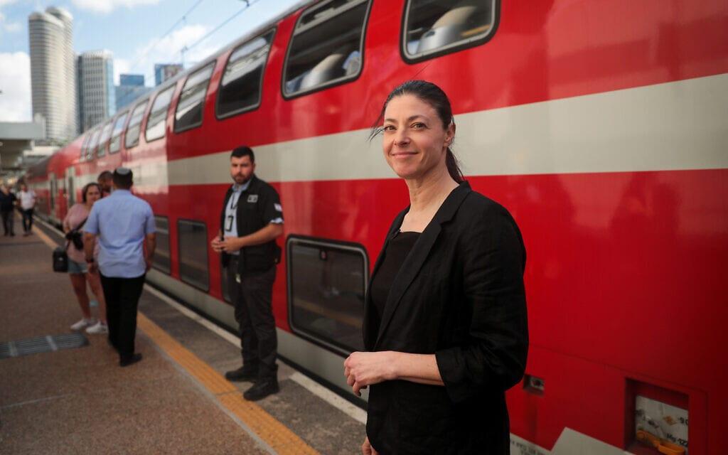 שרת התחבורה מרב מיכאלי מבקרת בתחנת הרכבת בתל אביב, 16 ביוני 2021 (צילום: יוסי זמיר/פלאש90)