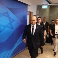 ראש הממשלה נפתלי בנט בדרך לישיבת הממשלה, 20 ביוני 2021 (צילום: Amit Shabi/POOL)