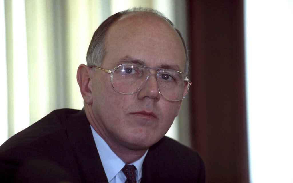 דיוויד בייקר, החוקר המשטרתי שהיה אחראי על חקירת הירצחן של שתי הנערות בלסטרשייר, מצולם כאן ב-1991 (צילום: PA Images / Alamy)