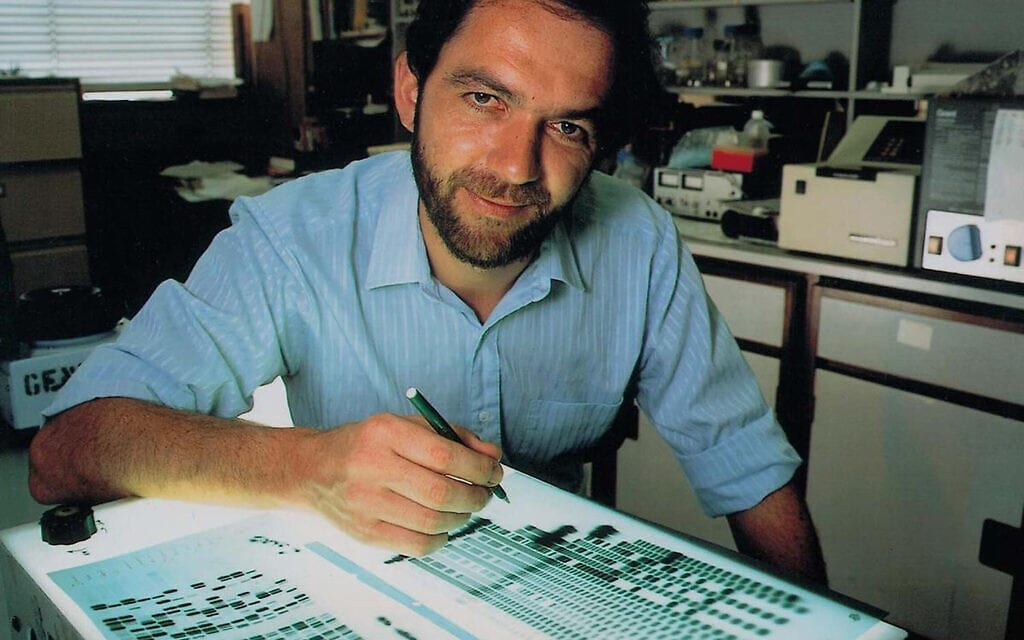 סר אלק ג'פריס במעבדה שלו באוניברסיטת לסטר (צילום: Science History Images / Alamy)