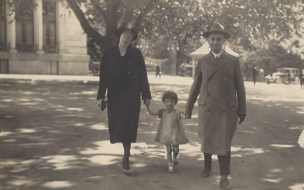 הוגו ולוסי מנדל עם בתם מרים בגרמניה, בטרם עלו לארץ ישראל