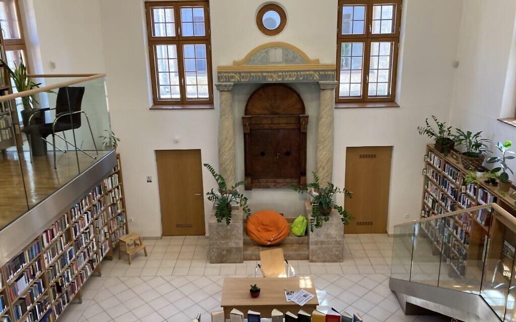 פנים בית הכנסת בסגנון בארוקי בנאג'יטטני, שמשמש עכשיו כספרייה ציבורית. ארון הקודש נותר קבוע בקיר המזרחי. 11 במאי 2021 (צילום: יעקב שוורץ)