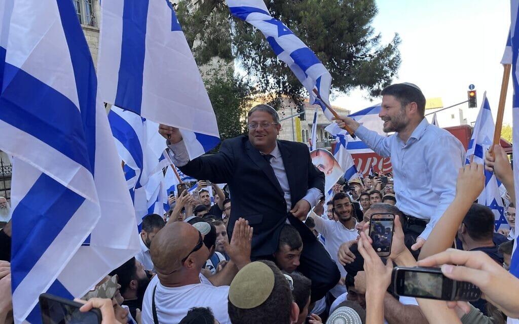 גיבורי התהילה בצלאל סמוטריץ' ואיתמר בן-גביר הבנות משקיפות מהצד במצעד הדגלים בעיר העתיקה בירושלים, 15 ביוני 2021 (צילום: אמיר בן-דוד)