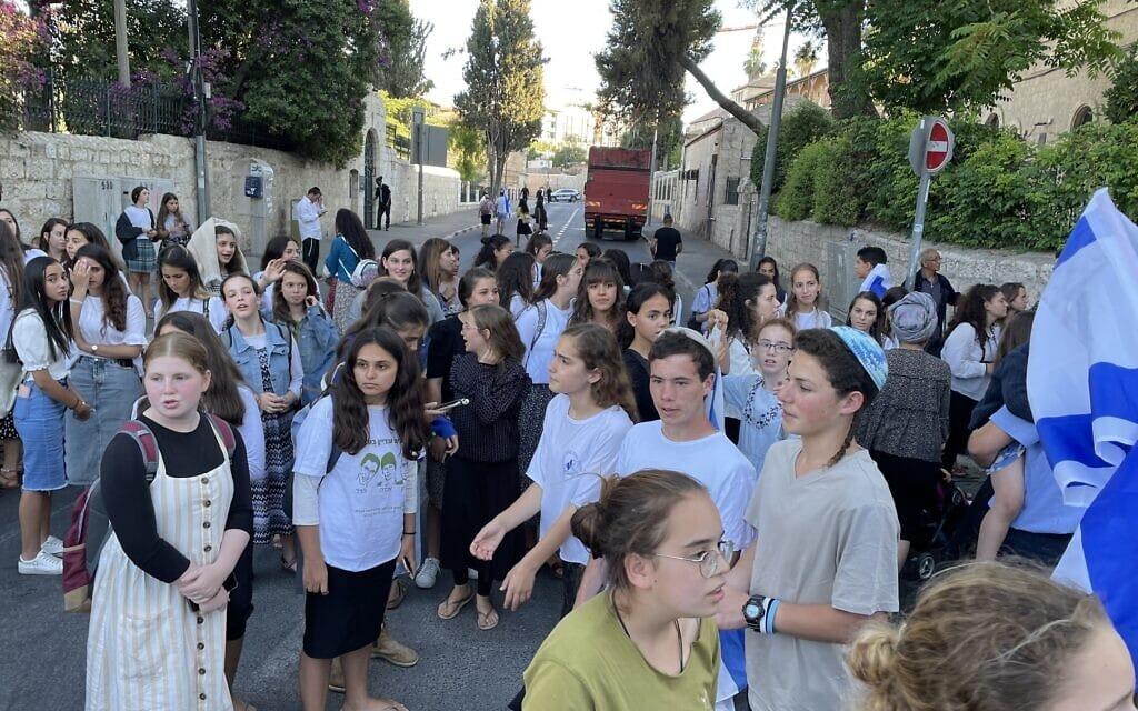 הבנות משקיפות מהצד במצעד הדגלים בעיר העתיקה בירושלים, 15 ביוני 2021 (צילום: אמיר בן-דוד)