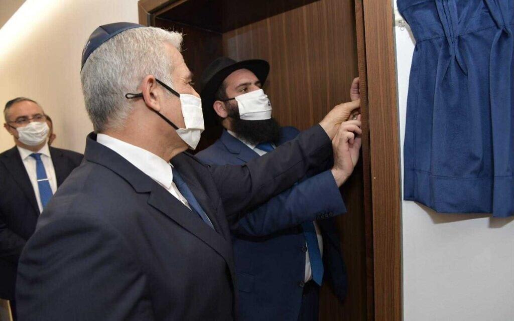 """שר החוץ יאיר לפיד והרב רבי לוי דוכמן מבית חב""""ד באבו דאבי, חונכים את השגרירות הישראלית, 29 ביוני 2021 (צילום: שלומי אמסלם/לע""""מ)"""