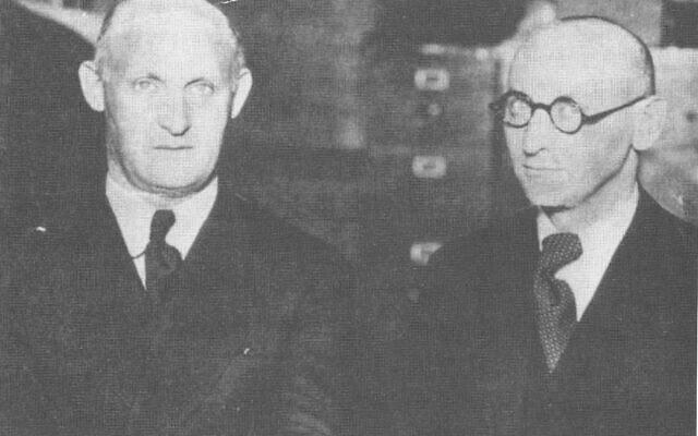 יצחק בשביס זינגר (מימין) ואחיו ישראל יהושע זינגר, בשנות ה-30 (צילום: ויקיפדיה)
