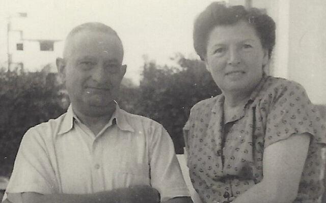 הוגו ולוסי מנדל במרפסת ביתם בתל אביב (צילום: באדיבות עמנואל (מנו) רוזן)