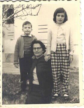 מרים מנדל רוזן עם ילדיה אווה ועמנואל בשלהי שנות ה-50 (צילום: באדיבות עמנואל (מנו) רוזן)