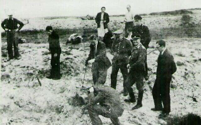 צלם משטרתי, חוקרים לזיהוי פלילי ועובדים נוספים באתר שבו קבורים קורבנות של הנאצים, 1949 (צילום: הארכיון הדיגיטלי של ITS, ספריית וינר לחקר התקופה הנאצית והשואה)