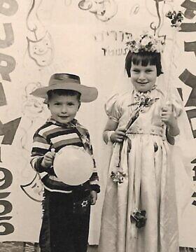 עמנואל (מנו) רוזן ואחותו אווה בתל אביב, פורים 1957 (צילום: באדיבות עמנואל (מנו) רוזן)