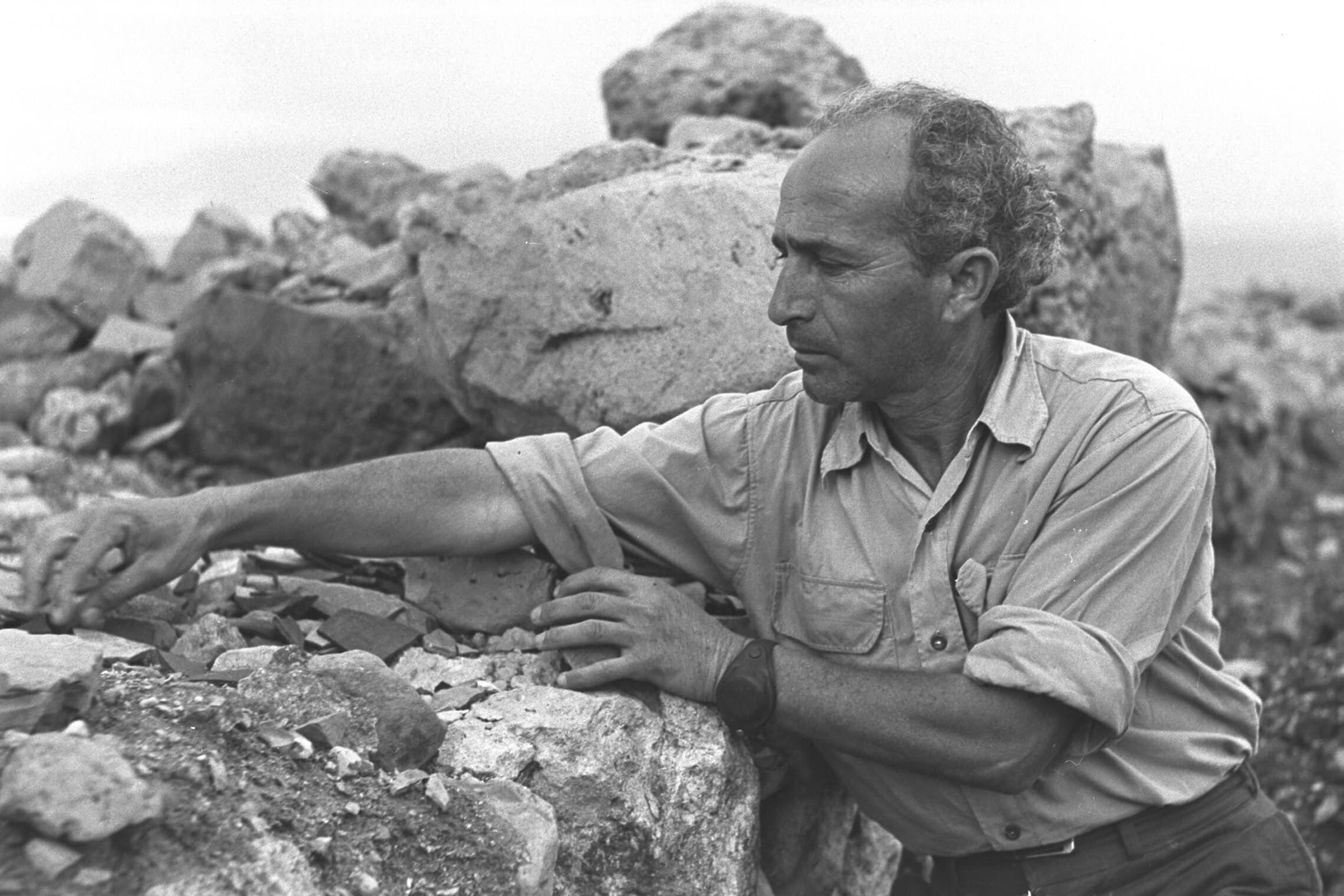 """הארכאולוג שמריה גוטמן ליד עין בוקק ב-1956 (צילום: משה פרידן/לע""""מ)"""