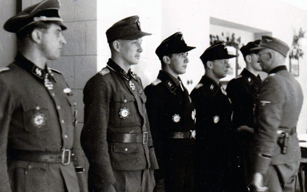 אנשי ואפן אס-אס בטקס שנערך בעת שהותם בחזית המזרחית ב-1944 (צילום: Michael Cremin / Alamy)