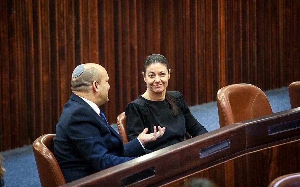 מרב מיכאלי ונפתלי בנט משוחחים במליאה, 2.6.2021 (צילום: דוברות הכנסת - נועם מושקוביץ)