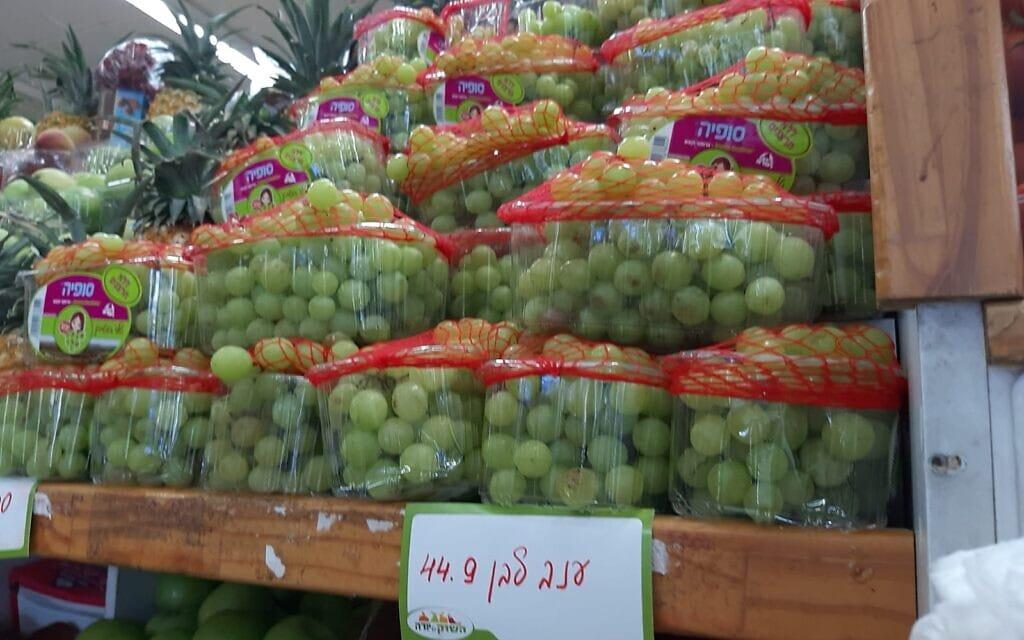 ענבים בסופר בתל אביב. 45 שקלים לקילו. יוני 2021