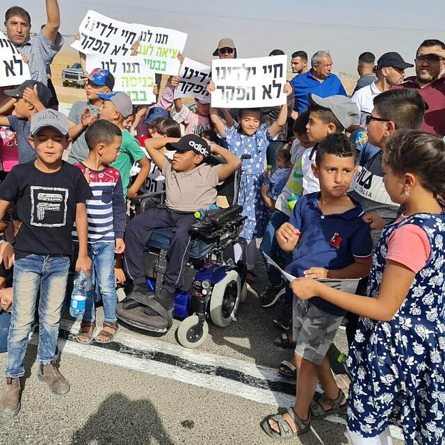 הפגנת תושבי זיאדנה בדרישה להחזיר את הפנייה שמאלה לרהט (צילום: פורום דו-קיום בנגב)