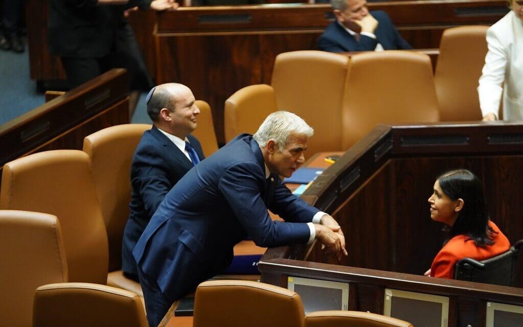 קארין אלהרר עם יאיר לפיד ונפתלי בנט במליאת הכנסת אחרי השבעת הממשלה ה-36, 13 ביוני 2021 (צילום: דני שם טוב, דוברות הכנסת)