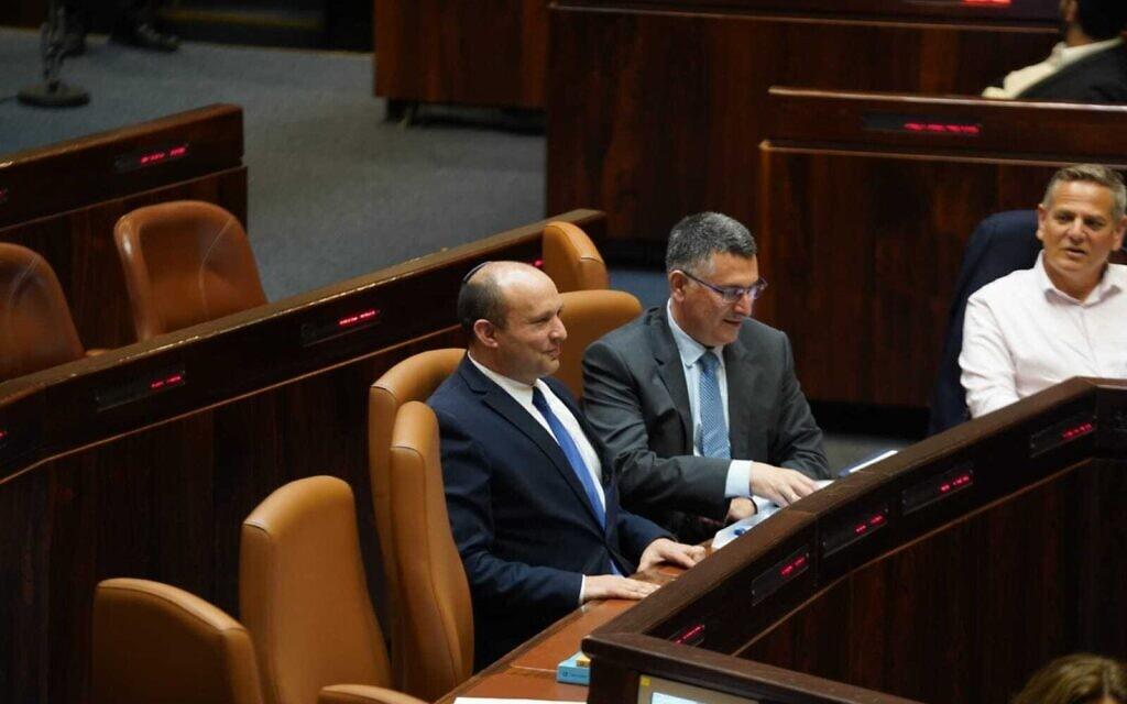 ראש הממשלה בנט במליאה לצד השר גדעון סער (16.6.2021) (צילום: דוברות הכנסת – דני שם טוב)