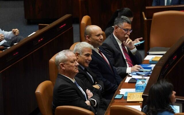 גדעון סער, נפתלי בנט, יאיר לפיד ובני גנץ סביב שולחן הממשלה במליאת הכנסת, 21 ביוני 2021 (צילום: דני שם טוב, דוברות הכנסת)