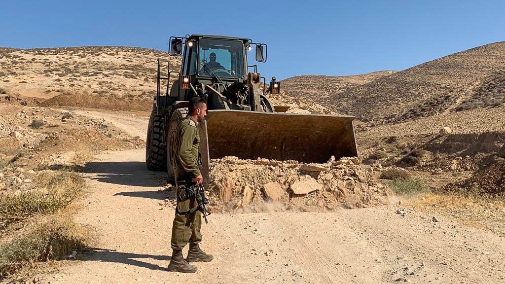 """דחפור צה""""ל הורס את דרכי הגישה למסאפר יטא, 23 ביוני 2021 (צילום: באסל אל-עדרה)"""