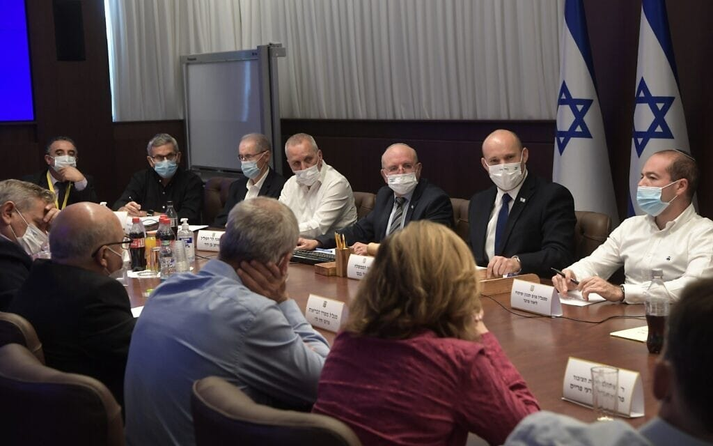 """ישיבה בנושא הקורונה בהשתתפות ראש הממשלה נפתלי בנט, 23 ביוני 2021 (צילום: קובי גדעון, לע""""מ)"""