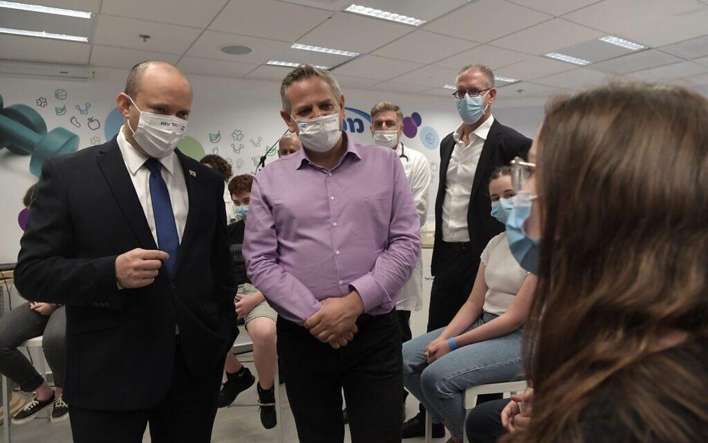 """ראש הממשלה נפתלי בנט ושר הבריאות ניצן הורוביץ במתחם חיסונים של מכבי, 29.6.2021 (צילום: קובי גדעון/לע""""מ)"""