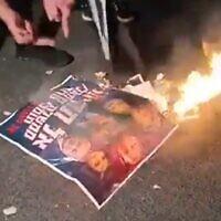 מפגינים נגד קואליצית השינוי שורפים תמונות של בנט ושקד, צילום מסך מסרטון
