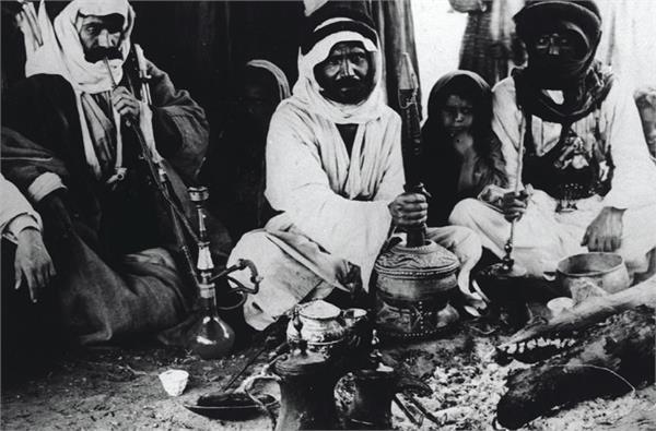 בדואים מכינים קפה, 1920 (צילום: ויקיפדיה, ארכיון זאב וילנאי)