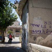 """גרפיטי על בניין גלי צה""""ל ביפו: """"צבא צא לנו מהרדיו, חייל ≠ עיתונאי"""" (ארכיון) (צילום: נתי שוחט/פלאש90)"""