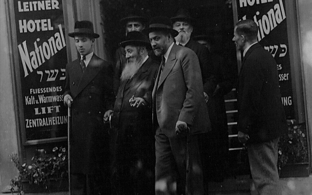 הרבי מוויז'ניץ בכניסה למלון נציונל דייוויד לייטנר במריאנבד, 1920 (צילום: באדיבות דייוויד לייטנר)