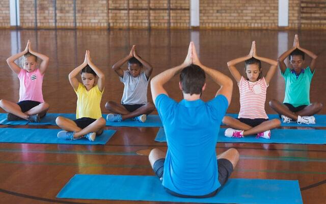 יוגה לילדים בבית ספר, אילוסטרציה (צילום: iStock)