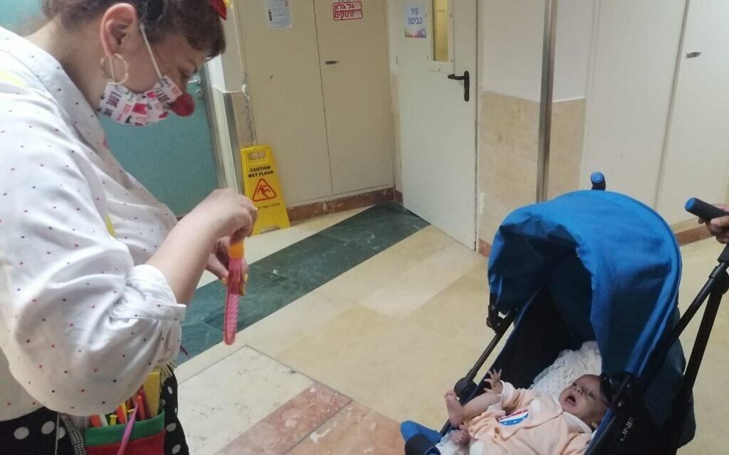 """סולימן במרכז הרפואי שיבא בתל השומר (צילום: באדיבות """"שבת אחים"""")"""