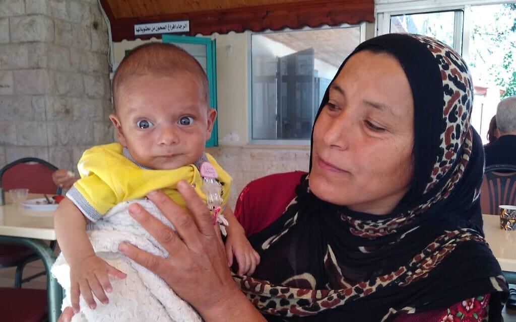 """סולימן ואמא שלו ממתינים במעבר הגבול בירדן לאישור כניסה לישראל (צילום: באדיבות """"שבת אחים"""")"""