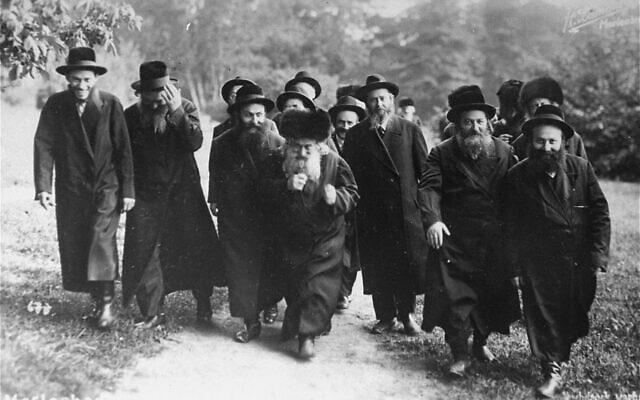 הרבי מגור וחסידיו במריאנבד, 1920 (צילום: רשות הציבור)